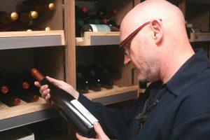 Steven Rößler-McAulay mit Weinflasche