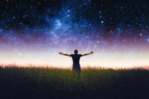 Silhouette von Mann vor Sternenhimmel