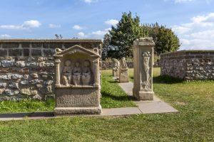 Nettersheim: Die Görresburg ist ein gallo-römischer Tempelbezirk am Rande des Urfttales Eifel mit einem Heiligtum der Matronae Aufaniae Umgangstempel Matronenheiligtum
