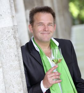 Ingo Konrads mit Weinglas