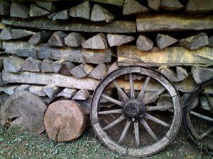 Wagenrad vor Brennholz