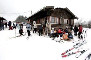Skihütte mit Skifahrern in der Eifel