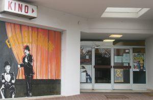 """""""Dick und Doof"""" auf dem Garagentor, daneben der Eingang zum Lichtspieltheater: Die """"Eifel-Film-Bühne"""" in Hillesheim"""