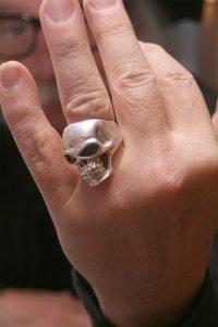 """""""Den Ring trägt Keith Richards von den Stones auch"""": Abschreckendes als Fingerschmuck. Auch so eine kleine Irritation beim Eifel-Highlander aus Roetgen."""