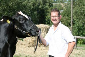 """Bauchredner nur im Nebenjob: """"Ich bin Landwirt aus Überzeugung"""": Jürgen Krämer auf dem Kapellenhof in Manderscheid."""
